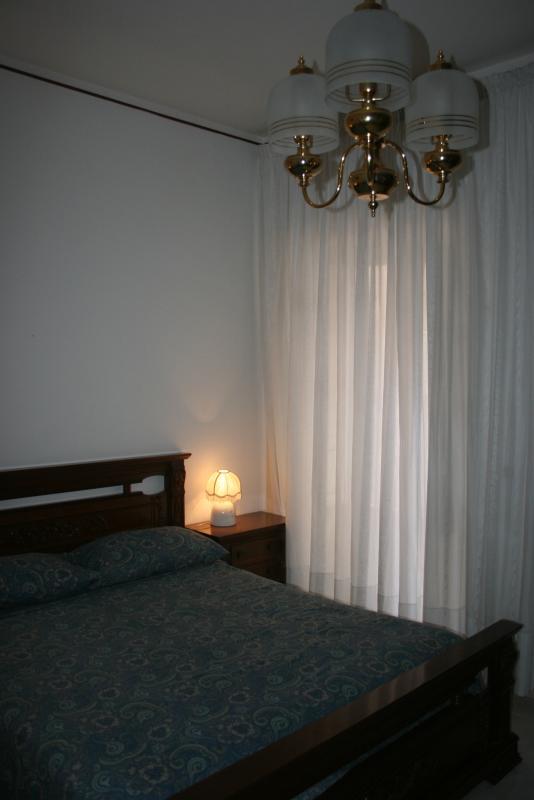 Composta di un letto matrimoniale, armadio spazioso e mobile per potersi sistemare con comodità.
