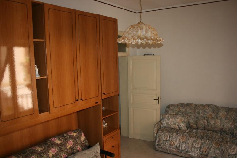 Camera con 2 divani letto e 1 lettino.
