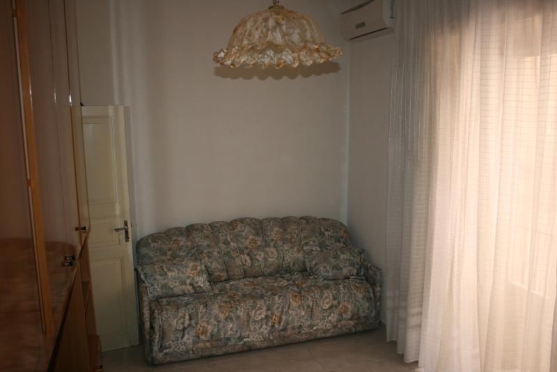 Accessoriata di Aria condizionata, armadio spazioso e balcone, luminosa e spaziosa.