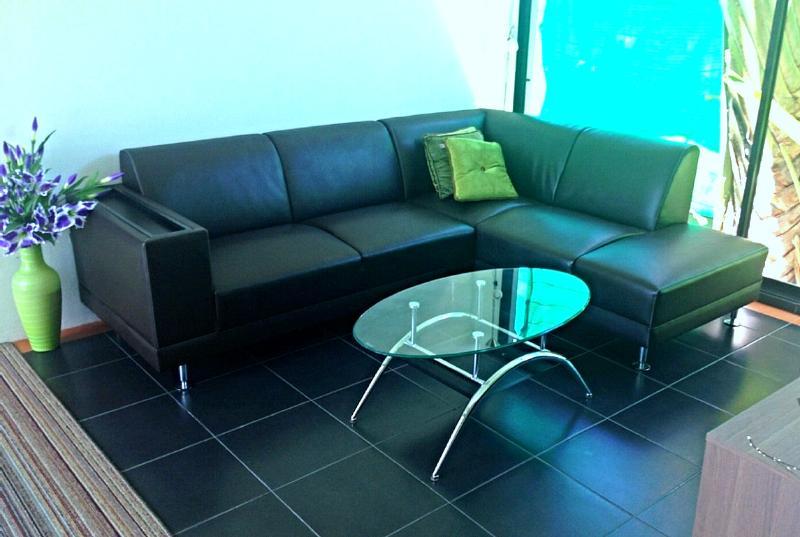 Sofá en thew, sala de TV con pantalla plana de TV y DVD