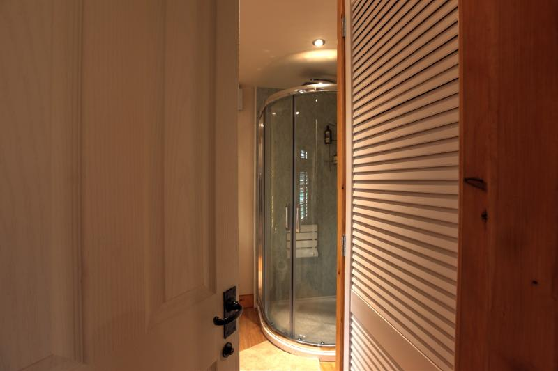 Large power shower with seat