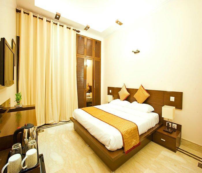 Habitación de lujo Reyes con fuerte balcón, LED TV, AC, conexión gratuita a Internet
