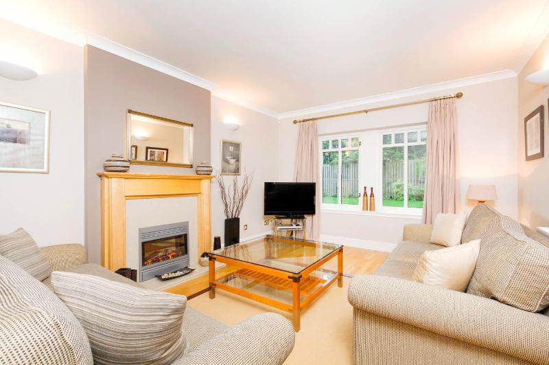 The Barnton 1. Golf, Beach, City Attractions, holiday rental in Newton