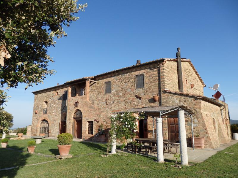 La facciata sud di Sant'Ippolito, con il giardino panoramico e la vista mozzafiato su colline e mare