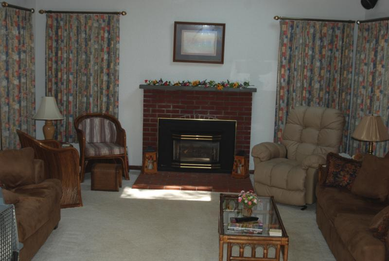 Comfy fireplaced great room, queen sleeper, dual AC, ceiling fan, lg HD TV w/surround sound