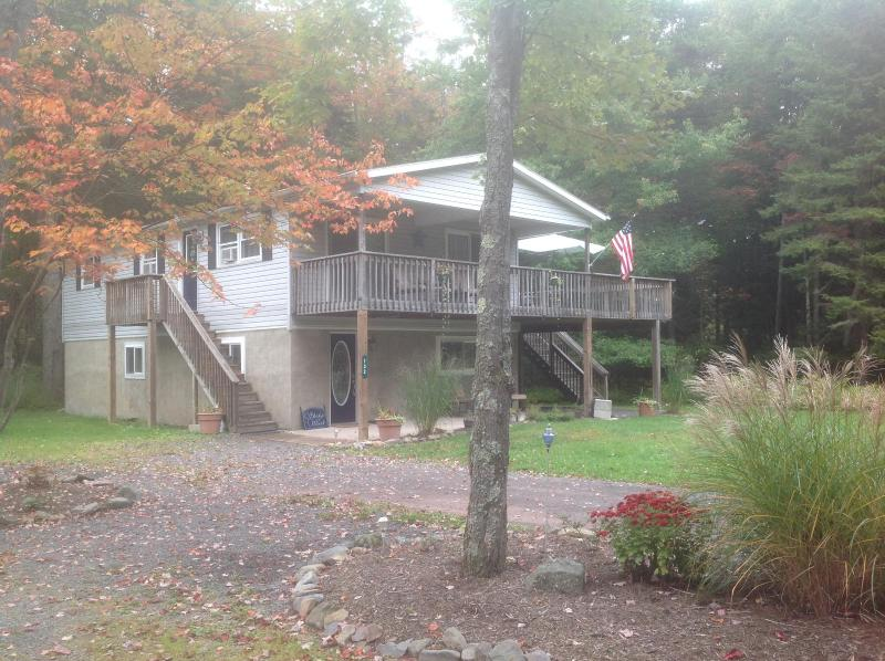Spacious country home in quiet wooded setting, vacation rental in Pocono Lake
