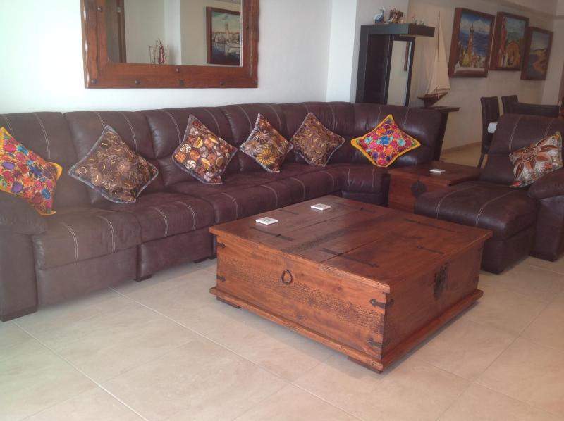 salon avec fauteuil, chaise longue et canapé-lit