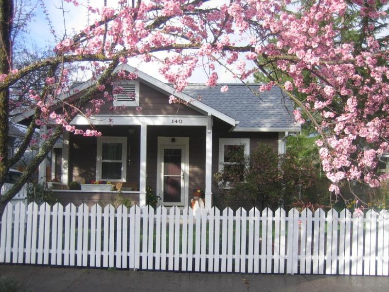 Perfect vacation cottage, holiday rental in Ashland