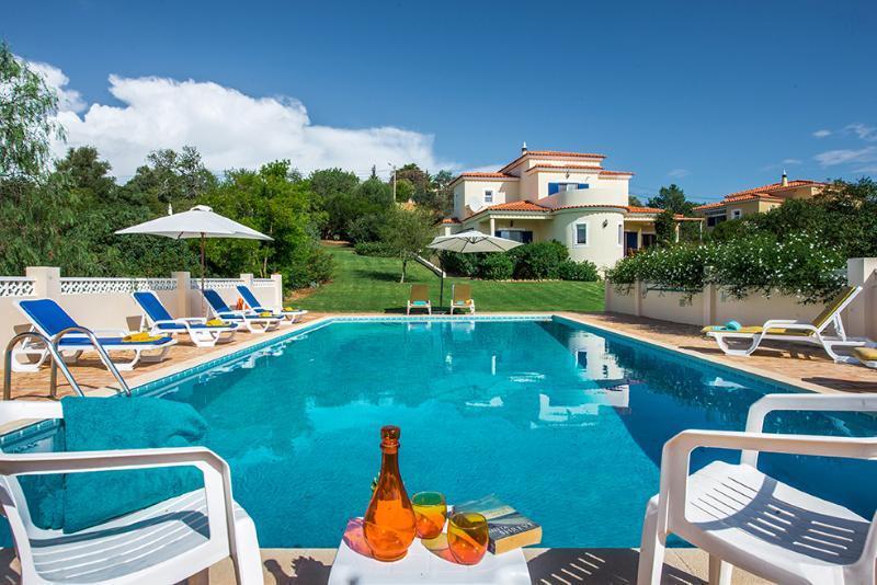 Villa Quina~Sleeps 8 + 2 cots~Private Pool~Air Con and Wi-fi - BOOK 2021/2  NOW!, alquiler de vacaciones en Alcantarilha