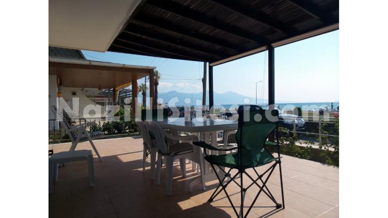 Grande terraço com uma vista panorâmica para o mar e a ilha de Samos