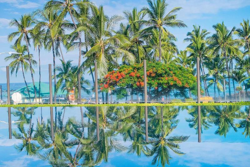 Het oneindige zwembad heeft bloedmooie uitzichten van Kahaluu Beach Park.