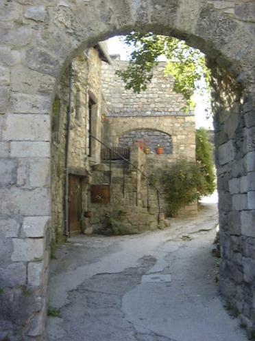 Ingången arch till byn