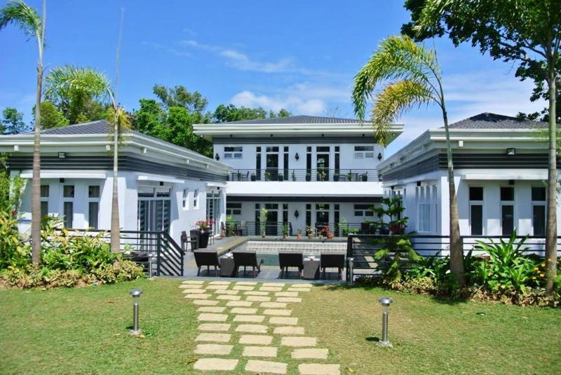 The Olive Tree Villa in Tagaytay - pool and garden, holiday rental in Luzon