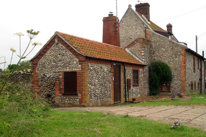 Beautiful 17th century cottage & garden on coast, vacation rental in Salthouse