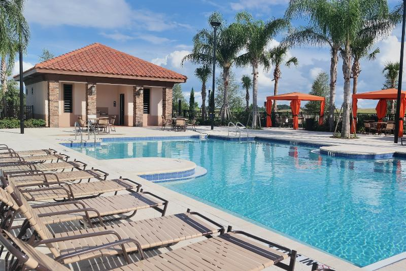 Post Lockdown getaway? Long stay discounts. Big pool & privacy from neighbors, alquiler de vacaciones en ChampionsGate