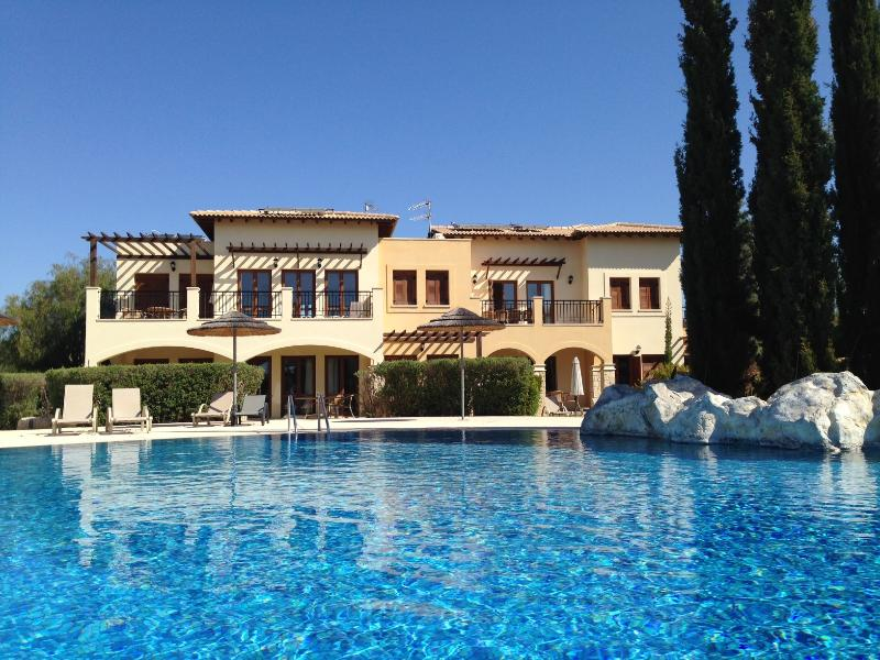 Beautiful 2 Bed Apartment with Enviable Position on Communal Pool, vacation rental in Paphos