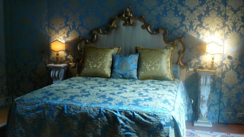 paredes do quarto do elegante 3br são revestidas com seda e tem uma pé no armário