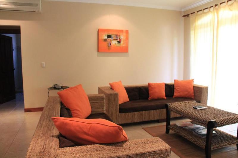 Living room with seating for 6 people, cable TV and internet!