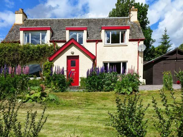 BALDOW COTTAGE, stone cottage, with AGA, open fire and enclosed garden, in, holiday rental in Kincraig