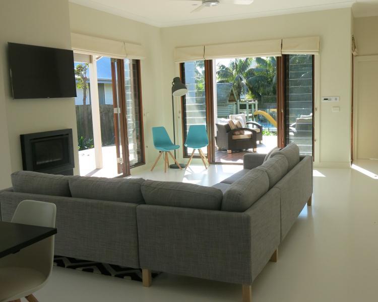 Area soggiorno principale con HD tv e camino guardando verso il cortile