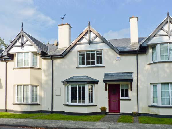 NO. 4 LANSDOWNE VILLAGE, modern, mid-terrace cottage, en-suite, enclosed patio, alquiler vacacional en Glengarriff