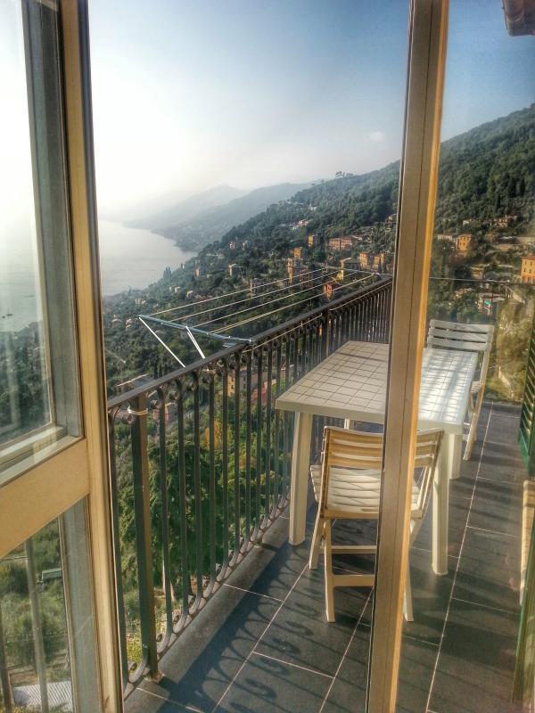 genießen Sie das Mittagessen oder Abendessen auf dem Balkon
