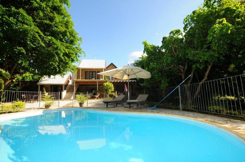Villa Chez Nous with secured pool, free wifi on a private family property, casa vacanza a Riviere Noire