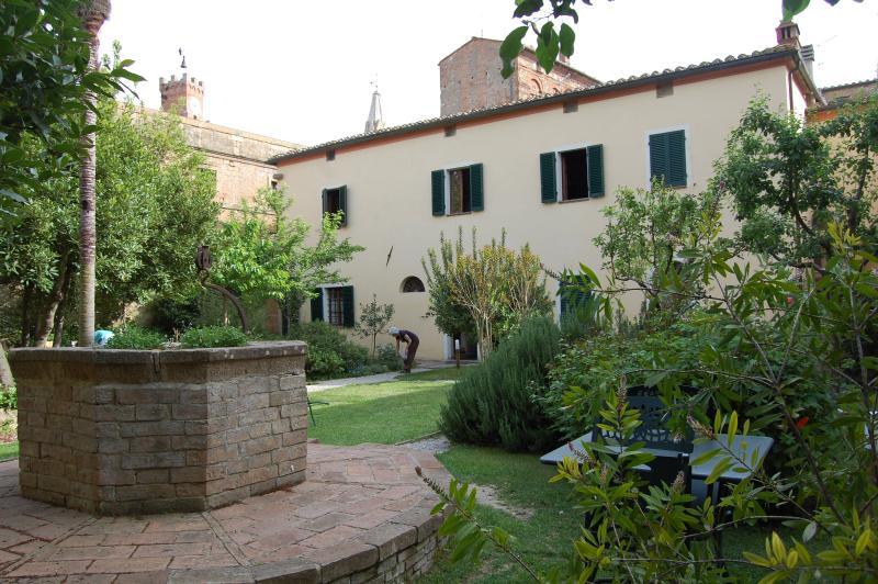 Il giardino attrezzato a disposizione degli ospiti per il relax,  i pasti all'aperto, la lettura.