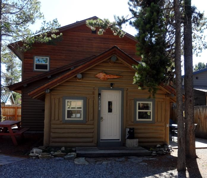 Whiskey Springs Cabin...Cozy log cabin, in town, aluguéis de temporada em West Yellowstone
