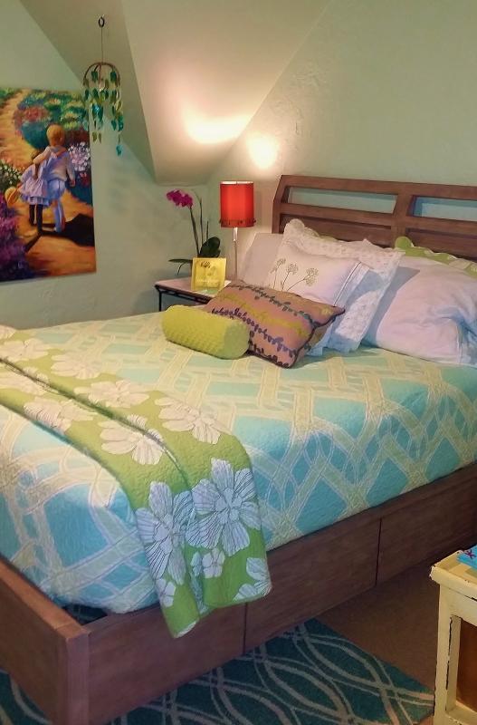 2nd floor bedroom 2) Queen