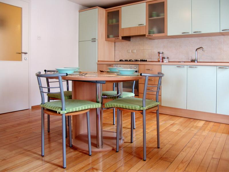 full equiped kitchen with four chairs