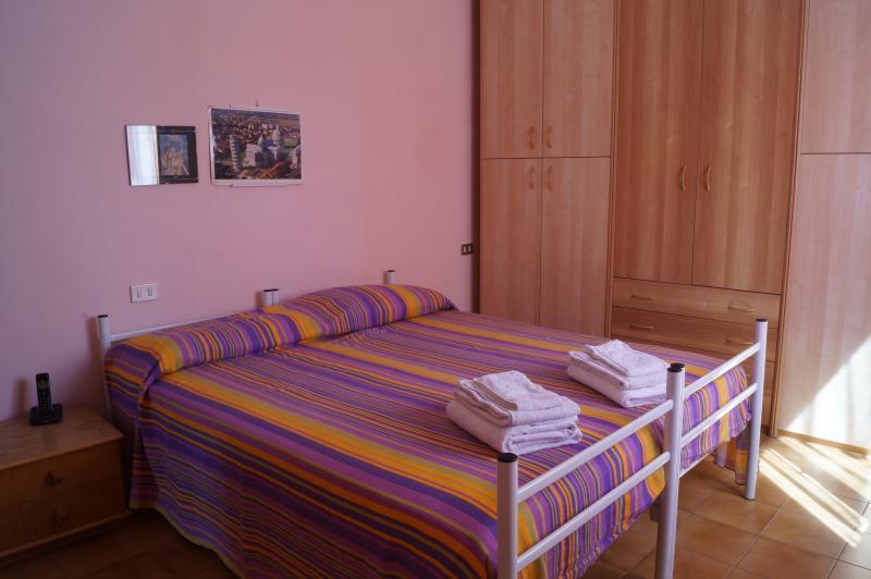Camera completa con lenzuola ed asciugamani puliti.
