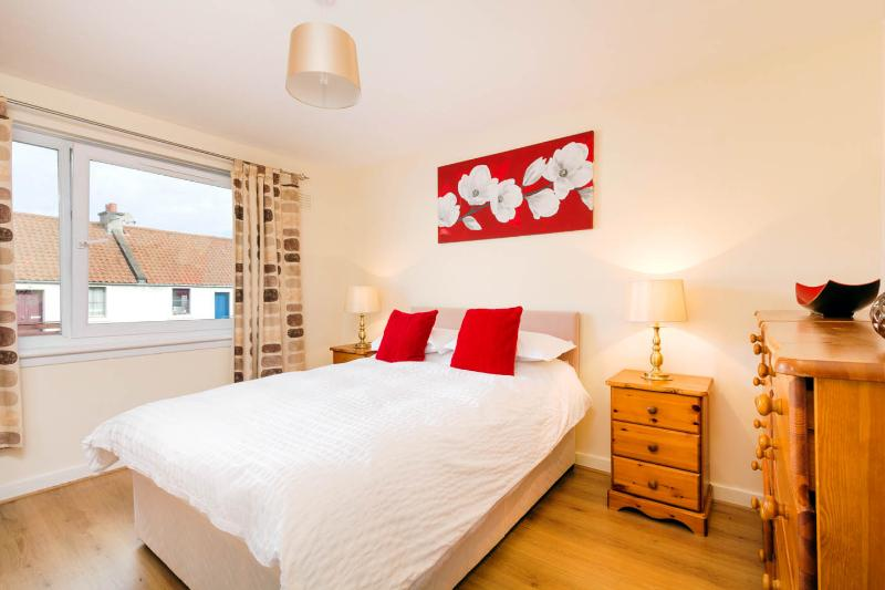 Edinburgh Newhaven Village Harbour Apartment, vacation rental in Kinghorn
