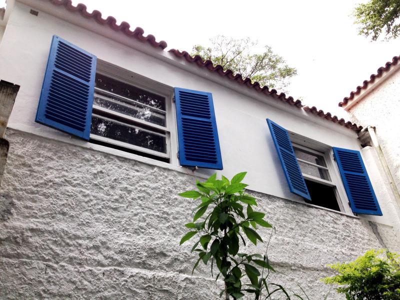 Slaapkamer windows uitkijken op de weelderige vegetatie