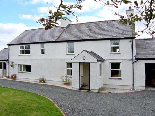 TYN Y PARC, pet-friendly house with ample living accommodation, large gardens, holiday rental in Dwyran