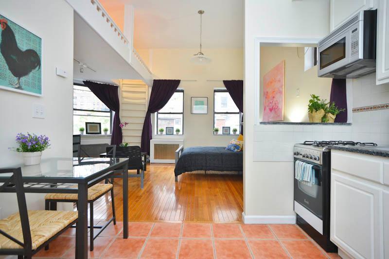 Visão da porta da frente pela cozinha para a parte principal do loft studio