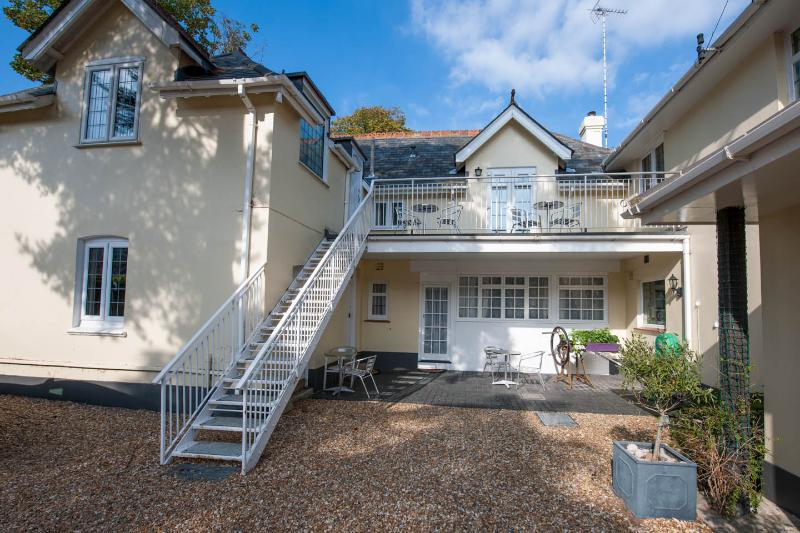 2 The Coach House Apt, Walk to beach/ town in 5 mins.Disc up to 25% for 7 nights, vacation rental in Bournemouth