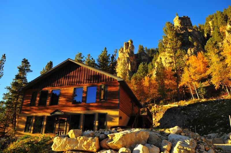 Spearfish Canyon Skye Lodge, holiday rental in Lead