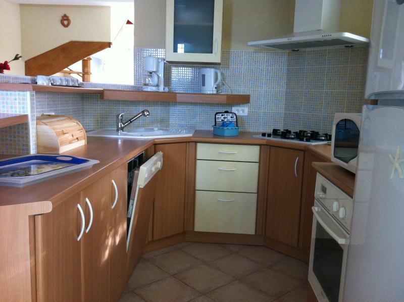 Cocina equipada con LV cocina eléctrica, horno y micro onda + té + cafetera...