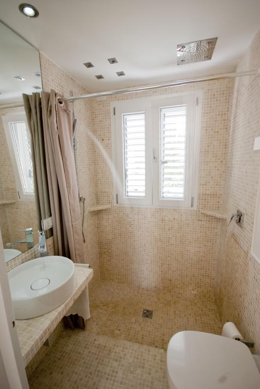 Salle de bain avec douche double