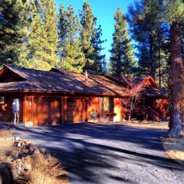 Luxury Mountain Retreat - Spacious 4 Bedroom, 2 Bath Private Home with Amenities (Hot Tub and Sauna)