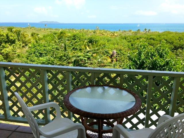 Disfrutar de espectaculares vistas al mar Caribe desde una amplia Ventoso balcón Wrap & cubierta