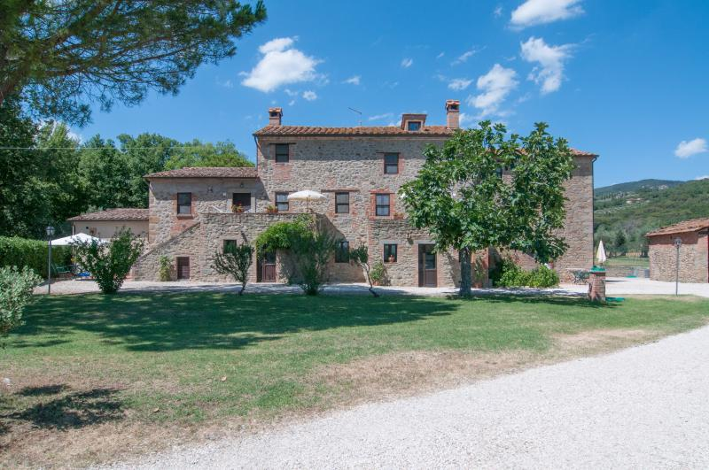 Family apartment, 6-8 sleeps, wi-fi, swimming pool, btw Umbria and Tuscany, aluguéis de temporada em Tuoro sul Trasimeno