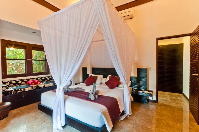 amplia habitación con cama confortable