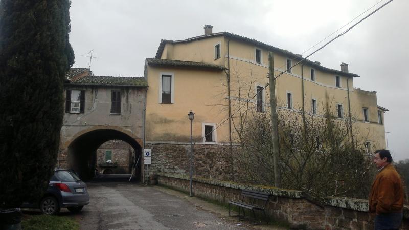 L'ingresso del villaggio di Foglia accoglie gli ospiti con simpatia