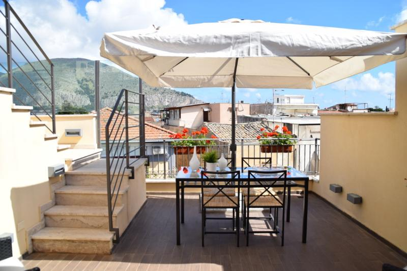 Palermo Holidays Trilocale Arredato Mondello, vacation rental in Mondello