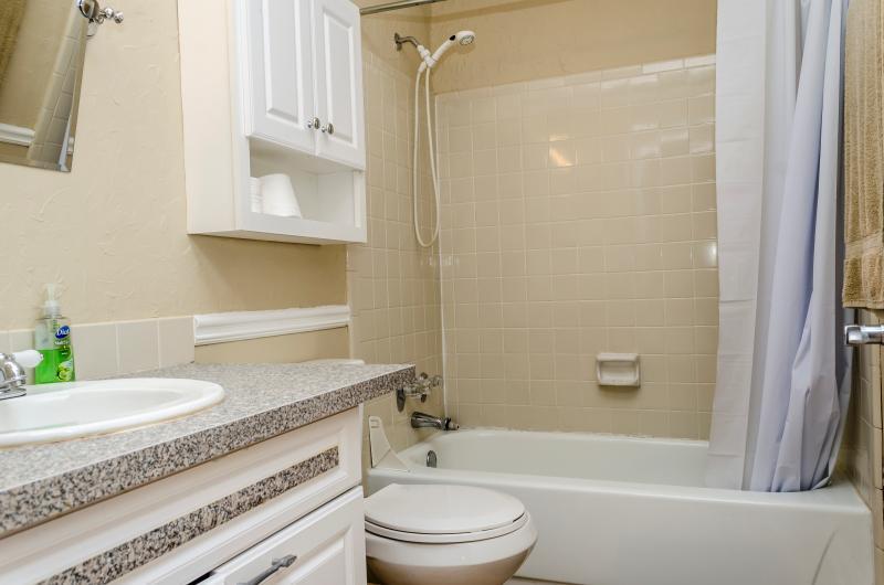 Casa de banho completa com toalhas e sabão prestados