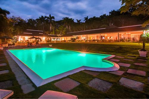 6 ACRES, 6 BEDROOMS, TENNIS COURTS, HUGE POOL!, location de vacances à Montego Bay
