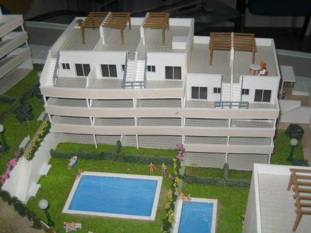 Edificio y piscinas