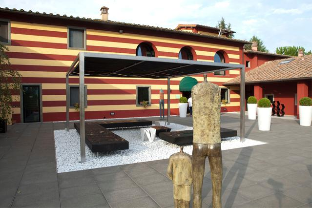 the courtyard of villa LE MASSE where the reception is